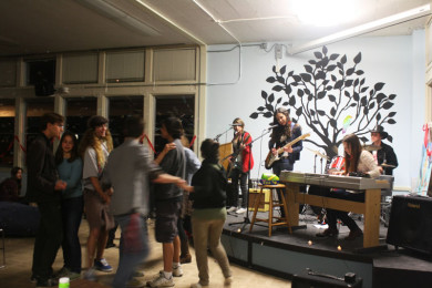 Students dance to The Asymptotes, who performed