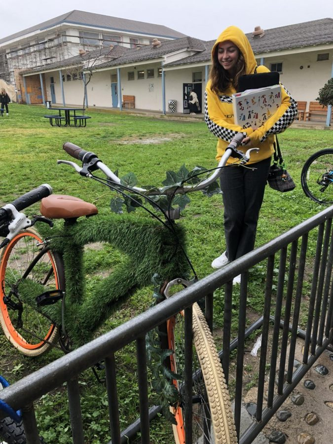 Sophomore+Shayna+Dumont+admires+the+bike+she+happened+to+stumble+upon+yesterday+morning.