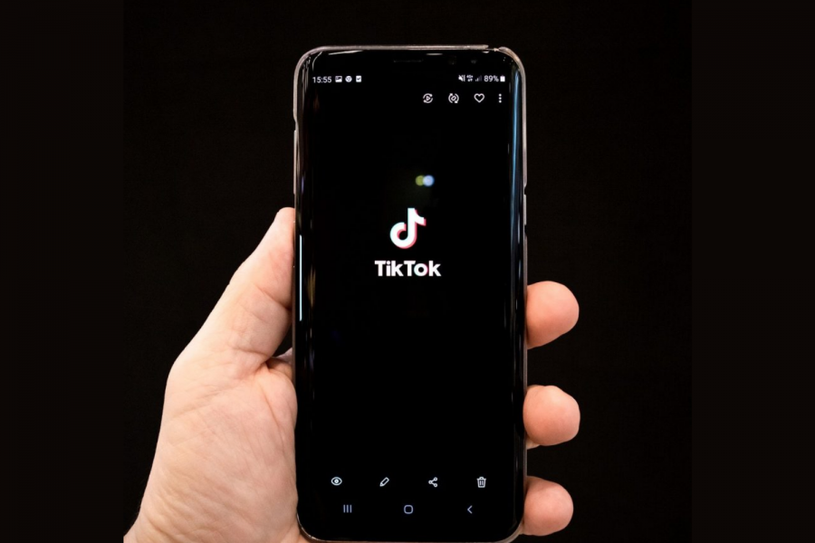 https://pixabay.com/photos/tik-tok-tiktok-cellphone-hand-logo-5408043/